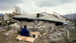 У развалин частного дома в Спитаке