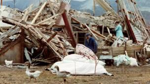 Выжившие роются в развалинах