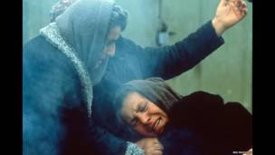 Выжившие женщины утешают друг друга