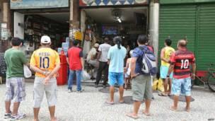 Hinchas de Brasil en Río observando el sorteo