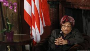 La presidente de Liberia, Johnson Sirleaf, habla durante una entrevista con Reuters en Bruselas. Reuters