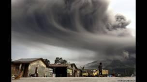 गत १८ नोभेम्बरमा उत्तरी सुमात्रामा ज्वालामुखी विष्फोट भएपछिको धुँवा हेर्दै एक महिला