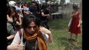 गत २८ मे मा टर्कीको इस्तानबुलमा भिड नियन्त्रणको क्रममा एक महिलामाथि पिरो स्प्रे छर्कदै टर्कीको प्रहरी