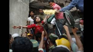 बंगलादेशको ढाका नजिकैको साभर क्षेत्रमा गार्मेन्ट कारखानाको भग्नावशेषमा पुरीएकाहरु मध्ये एकको जिउँदै उद्दार गरिंदै