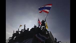 ४ नोभेम्बर २०१३ मा बैंककको एउटा स्मारक नजीकै ट्रकमा चढेर थाई झण्डा हल्लाउंदै एकजना प्रदर्शनकारी