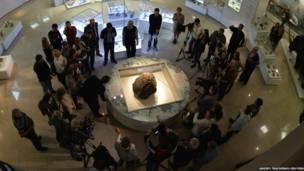 प्रदर्शन के लिए रखा गया क्षुद्रग्रह का टुकड़ा