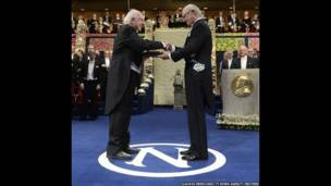 Peter Higgs recibe el Premio Nobel. Foto de Claudio Bresciani/TT News Agency/Reuters