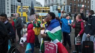 Прогулка в память Нельсона Манделы в Дублине