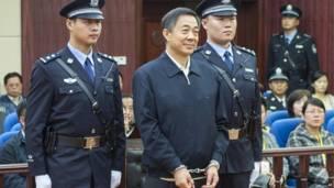 Ông Bạc Hy Lai giữ nụ cười khi đứng trước phiên tòa xử ông