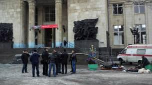 Постадавшим оказывают помощь у здания вокзала