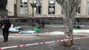 Тела погибших у входа железнодорожного вокзала