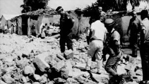 Бригадный генерал Ариэль Шарон инспектирует лагерь для беженцев в Газе, 1971 год.