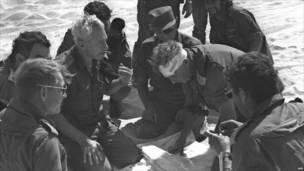 Генерал-майор Ариэль Шарон с перевязанной головой с министром обороны Моше Даяном в ходе арабо-израильской войны 1973 года. Фото Франс пресс.