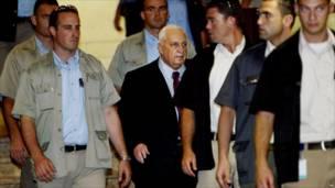 Ариэль Шарон, окруженный телохранителями. 2005. Фото: Ассошиэйтед пресс.