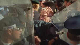 Шарон в окружении охранников в Восточном Иерусалиме, 28 сентября 2000 года. Фото: Франс пресс.