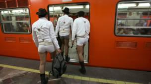 """Tres participantes en el """"Día sin pantalones en el metro"""" en México."""