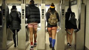 """Grupo de participantes en el """"día sin pantalones en el metro"""" en el metro de Nueva York"""