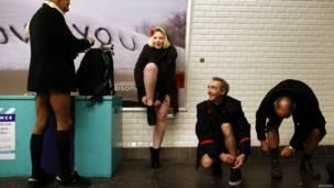 """Grupo de participantes en el """"día sin pantalones en el metro"""" en el metro de París"""