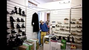 Саша в обувном магазине своей матери в Тольятти