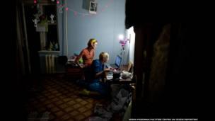 Под фото Фредди Меркьюри, дома у Саши
