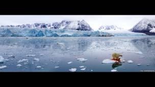 Panorama polar, 2005. Oso polar que se alimenta de una foca, tomada en Svalbard, Noruega