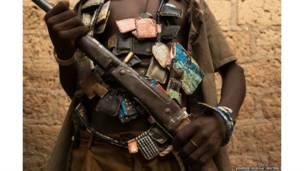सेंट्रल अफ़्रीकन रिपब्लिक में तस्वीर खिंचाता एक लड़ाका