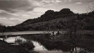Fotógrafo porto-riquenho registra homens e mulheres que atravessam montanhas transportando gado.