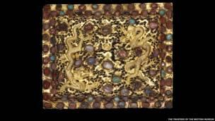 Pieza de oro decorada con dragones con rubíes, turquesas y otras piedras preciosas. Beijing o Nanjing, Xuande era, 1426-1435