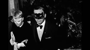 Frank SInatra e Mia Farrow no baile Truman Capote Black and White, Plaza Hotel, Nova York, 1966.