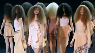 पेरिस में एक फ़ैशन शो के दौरान मॉडल विक्टर एंड रॉल्फ़ की बनाई डिज़ाइनों में.
