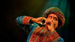 Romi Jaspal a matsayin Happy Singh