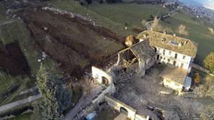 पत्थर का एक विशाल टुकड़ा फॉर्म हाउस के पास जाकर रुक गया.
