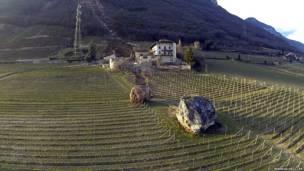 पत्थर का विशाल टुकड़ा फॉर्म हाउस से थोड़ी दूर पर जाकर रुक गया.