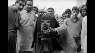 पेशावर नजीकै कागतको नेगेटीभ भएको बक्स क्यामरा चलाउंदै पाकिस्तानी फोटोग्राफर