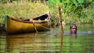 केरल की नदी में मछली पकड़ता व्यक्ति