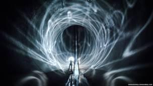 Hombre dentro de un caño de agua en una planta de energía