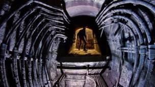 Hombre dentro de un pasaje subterráneo