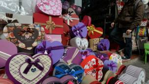 Shagon sayar da kayan Valentine a Hanoi.