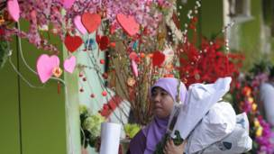 Musulmar Indonesia kusa da kantin Valentine.