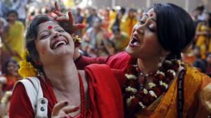 बांग्लादेश के ढाका में फागुन का उत्सव मनाती लड़कियाँ