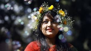 बांग्लादेश के ढाका में फागुन का उत्सव मनाती लड़की