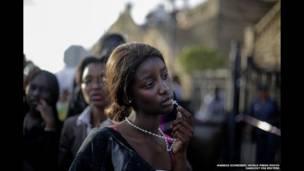 नेल्सन मंडेला को अंतिम श्रद्धांजलि देने आई महिला