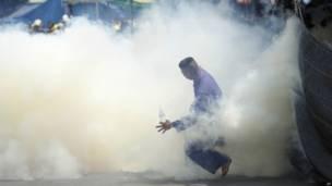 Demonstran di tengah serangan gas air mata. Foto: Wally Santana/AP