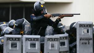 Kepolisian Thailand mengarahkan senjata ke para demonstran. Foto: Damir Sagolj/Reuters