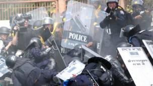 Seorang polisi anti huru-hara terjatuh saat bom meledak. Foto: Apichart Weerawong/AP