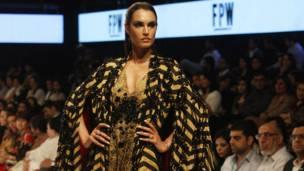 पाकिस्तान में यह फ़ैशन वीक के दौरान मॉडल्स डिज़ाइनर शेहला के कपड़ों में रैंप पर कैटवॉक करते हुए.