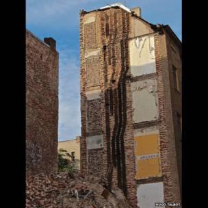 Puertas de un edificio luego de una demolición al lado