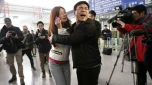 Một phụ nữ là thân nhân hành khách (áo trắng) tại sân bay.