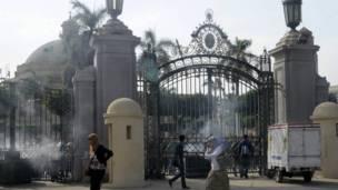 الباب الرئيسي لجامعة القاهرة مغلق أمام الطلاب