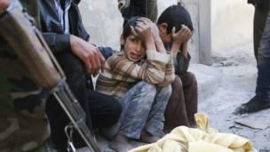 Dua anak di Aleppo yang kehilangan ibunya